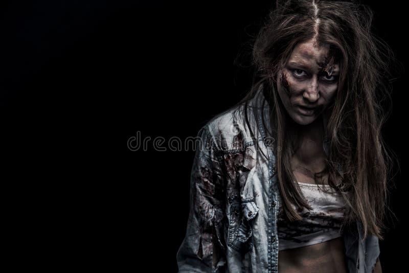 Zombiefrau, Horrorhintergrund für Halloween-Konzept und Bucheinband Kopieren Sie Platz stockfoto