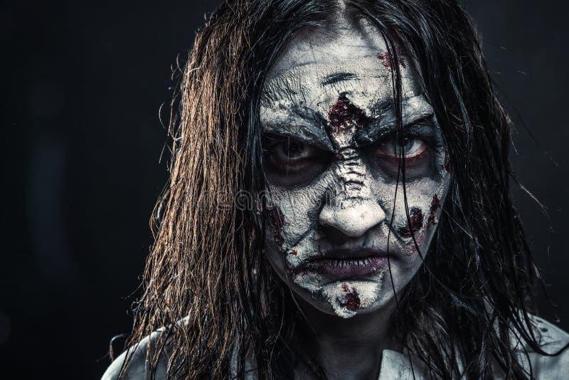 Zombiefrau mit blutigem Gesicht stockfoto