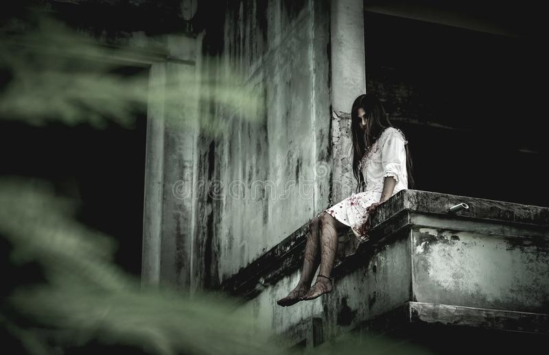 Zombiemädchen in Halloween lizenzfreie stockfotografie