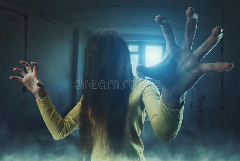 Zombiemädchen mit dem langen Haar lizenzfreie stockfotografie