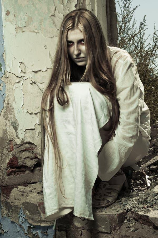 Zombiemädchen in verlassenem Gebäude lizenzfreie stockfotografie