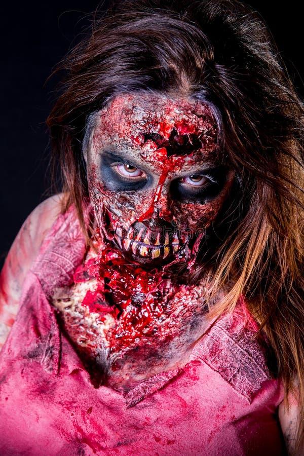 Zombiemädchenanstarren lizenzfreie stockbilder