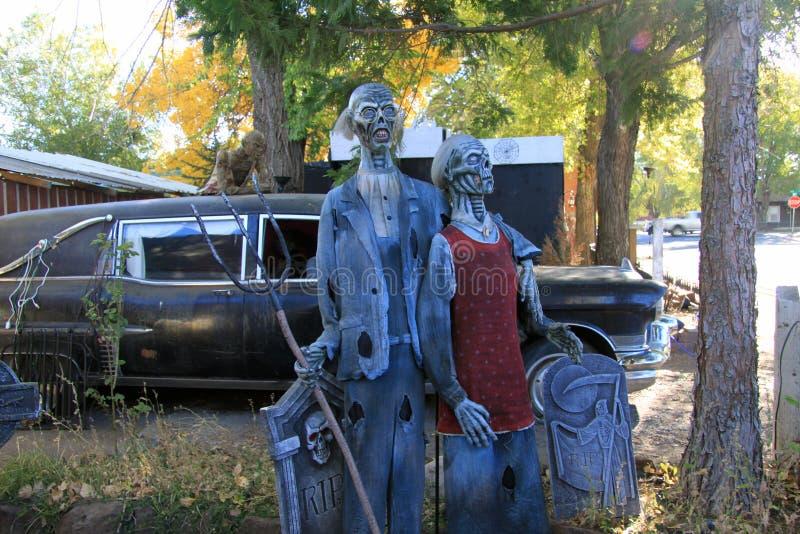 Zombiepaare im Yard stockfoto