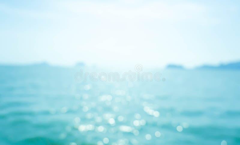 Zomer van de onduidelijk beeld de mooie aard op tropisch strand met lichte de golf abstracte achtergrond van de bokehzon royalty-vrije stock afbeelding