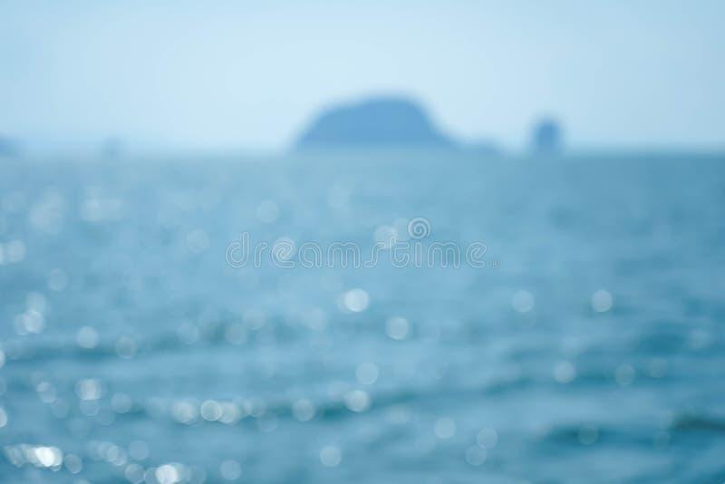 Zomer van de onduidelijk beeld de mooie aard op tropisch strand met lichte de golf abstracte achtergrond van de bokehzon stock foto
