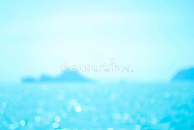 Zomer van de onduidelijk beeld de mooie aard op tropisch strand met lichte de golf abstracte achtergrond van de bokehzon royalty-vrije stock foto