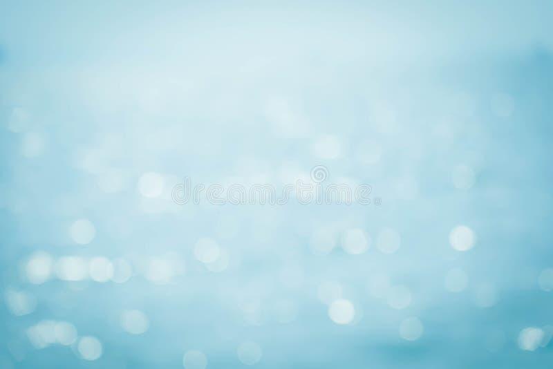 Zomer van de onduidelijk beeld de mooie aard op tropisch strand met lichte de golf abstracte achtergrond van de bokehzon stock afbeelding