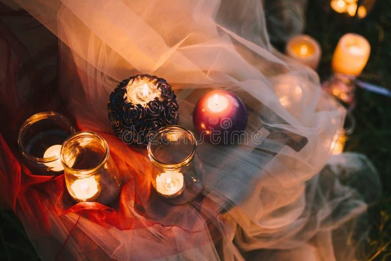 Zomer van het huwelijksdetails van de nacht de fijne kunst rustieke openlucht of de lenteceremonie met decor die lowlight kaarsen royalty-vrije stock foto