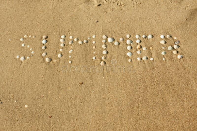 Zomer van Word maakte zeeschelpen op het zand op royalty-vrije stock foto's