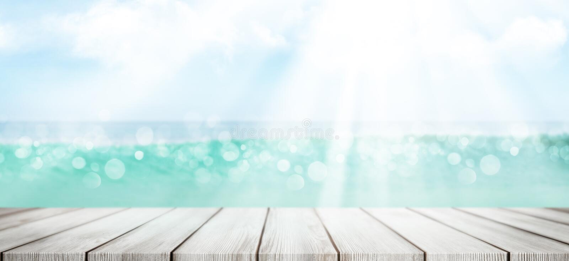 Zomer-zee met lege tafel en zonnige lucht stock fotografie