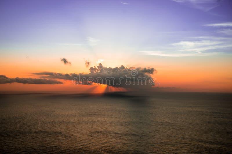 Zon achter de wolken stock afbeelding