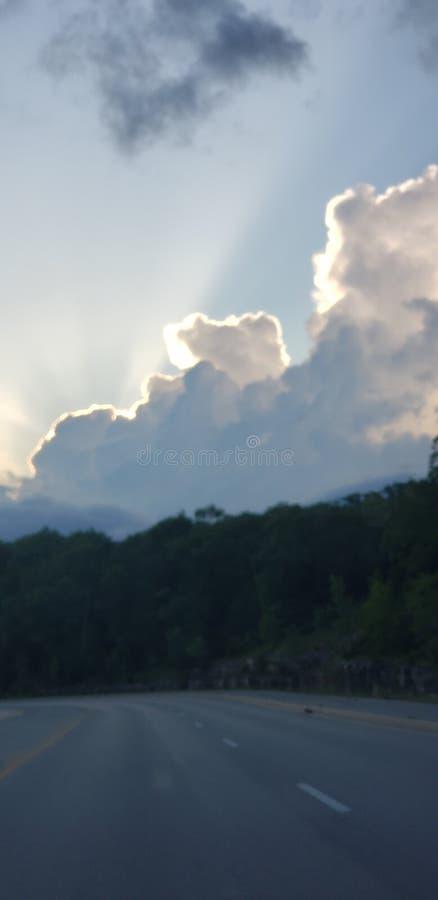 Zon achter wolken in Branson stock afbeelding