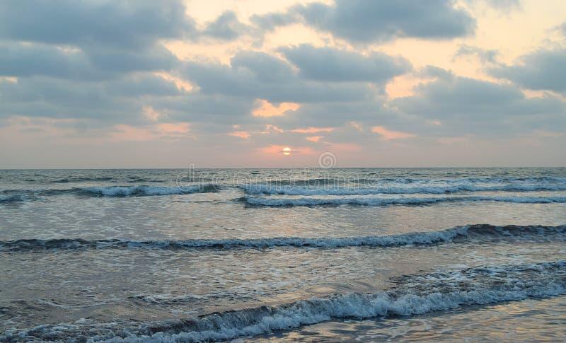 Zon achter Wolken over Oneindige Oceaan - Natuurlijk Zonsondergangbehang royalty-vrije stock afbeeldingen