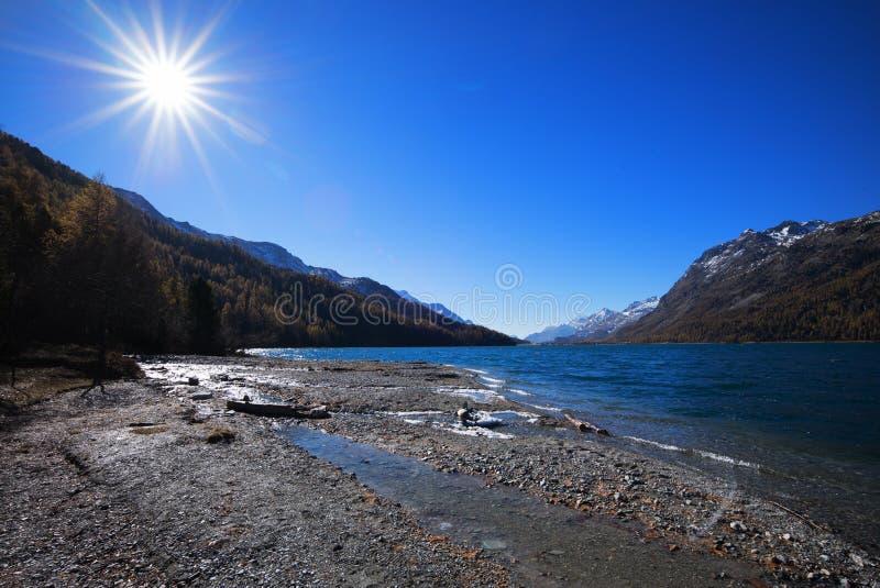 Zon bij Meer Silvaplana dichtbij St Moritz stock foto