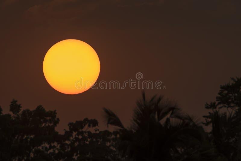 Download Zon bij zonsondergang stock foto. Afbeelding bestaande uit sinaasappel - 54083696