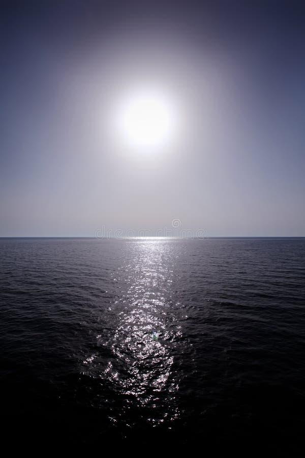 Zon boven overzeese horizon stock foto