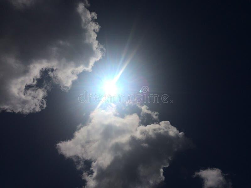 Zon in de wolken stock afbeelding