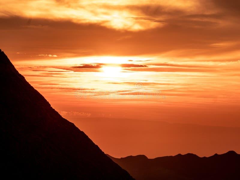 zon die achter bergketen, dramatische zonsondergang in de Zwitserse alpen glanzen brienzer rothorn royalty-vrije stock afbeelding