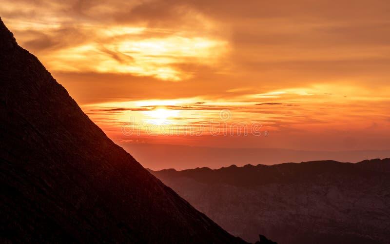 zon die achter bergketen, dramatische zonsondergang in de Zwitserse alpen glanzen brienzer rothorn stock foto