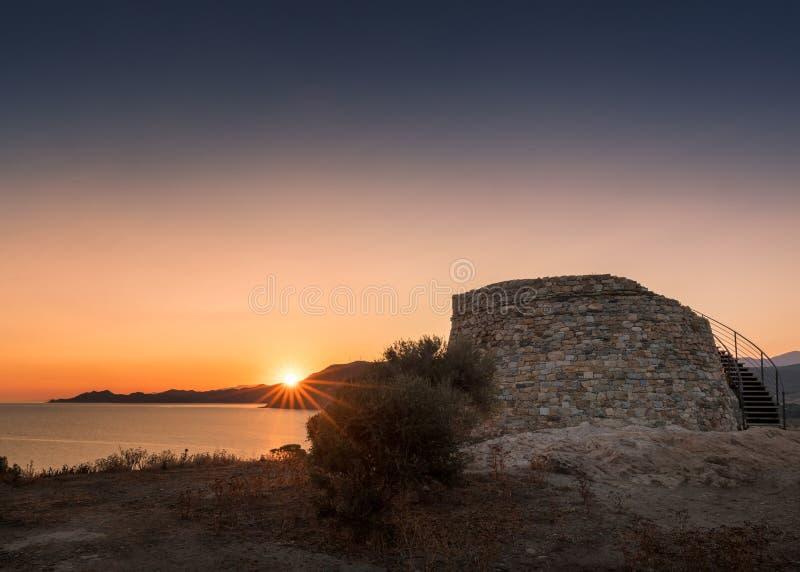 Zon die achter Genoese-toren in Lozari in Corsica toenemen royalty-vrije stock afbeelding