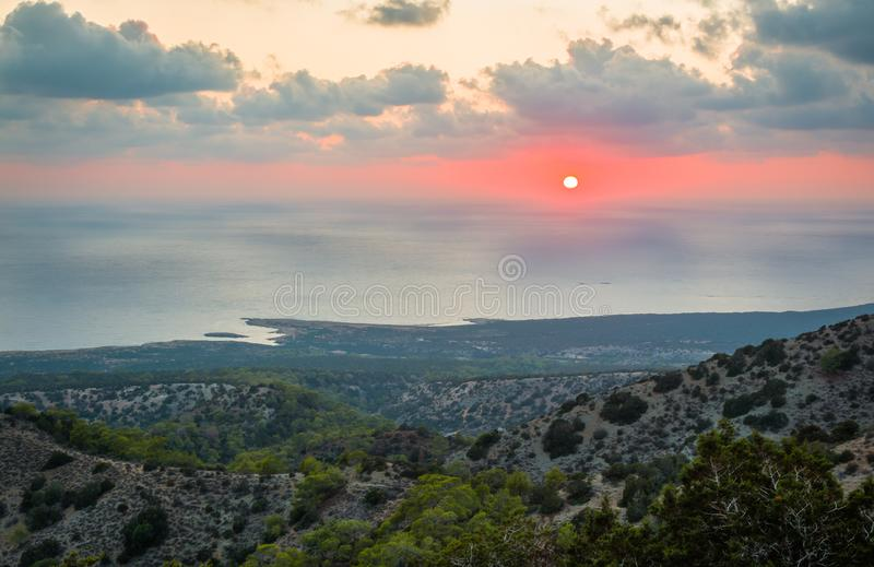 Zon die achter Middellandse Zee in Akamas, Cyprus plaatsen stock foto