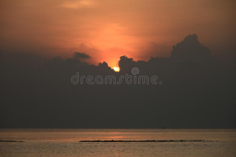 Zon die achter Tropische Wolkenvorming plaatsen over Vreedzame Oceaan royalty-vrije stock foto's