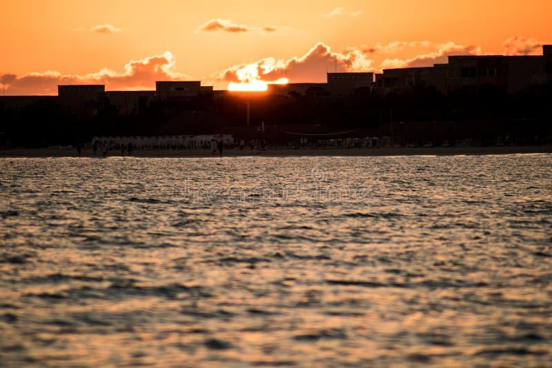 Zon die boven de Toevlucht van Playa-Flamenco, Cuba toenemen stock foto's