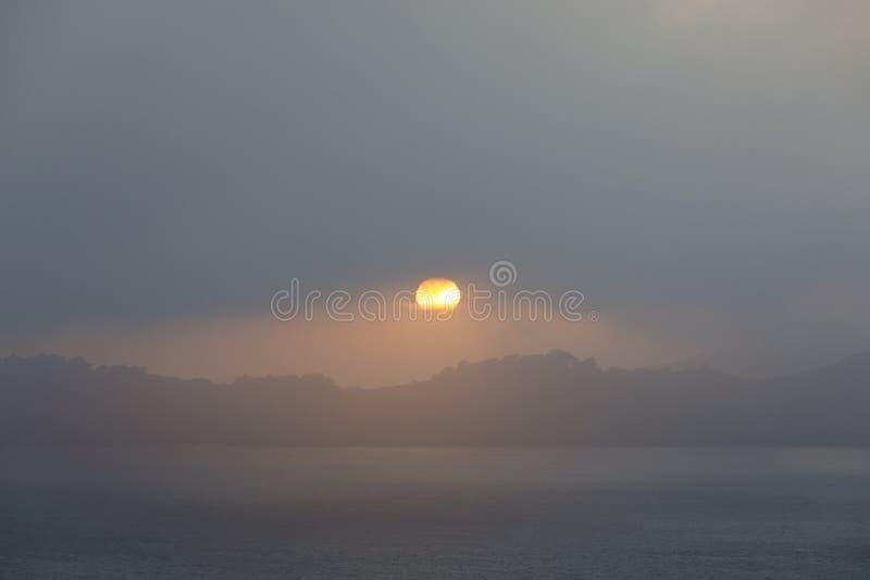 Zon die door dikke mist gluurt die in San Francisco tijdens de zomerzonsondergang rolt stock foto's