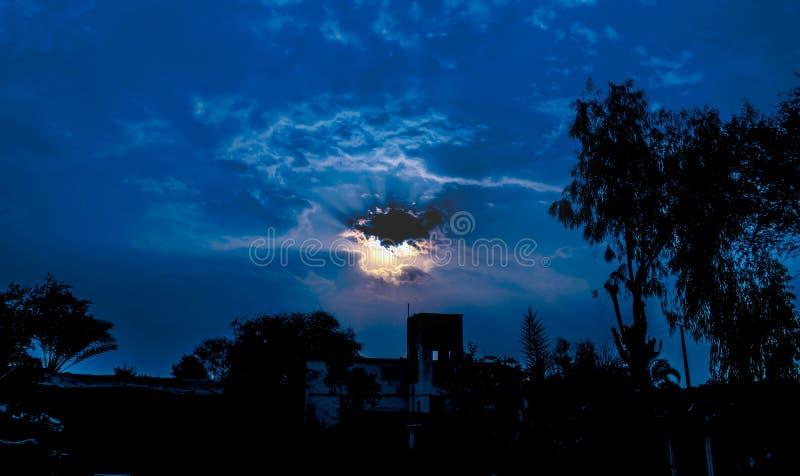 Zon die door donkere wolken glanzen stock foto's