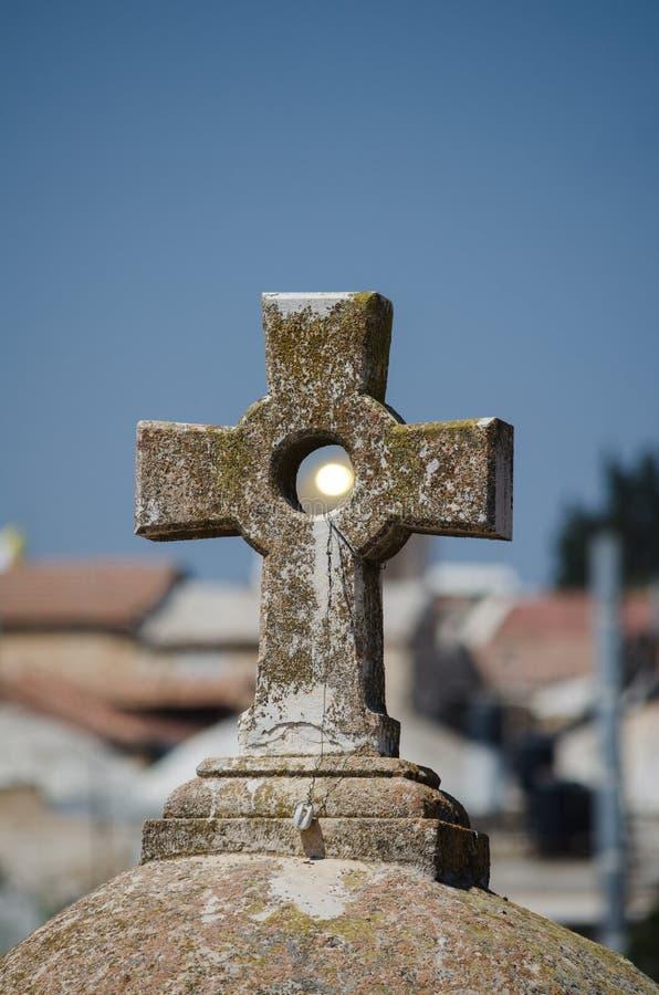 Zon die door het kruis op het dak van St John glanzen de Doopsgezinde kerk in Jeruzalem, Israël royalty-vrije stock foto's