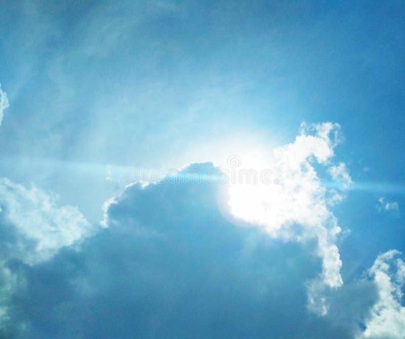 Zon die helder in de hemel glanzen stock afbeelding