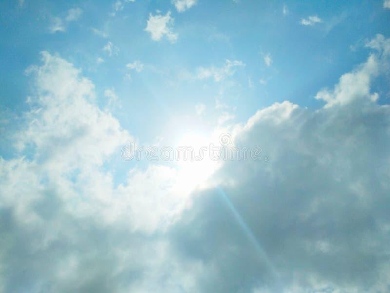 Zon die helder in de hemel glanzen stock afbeeldingen