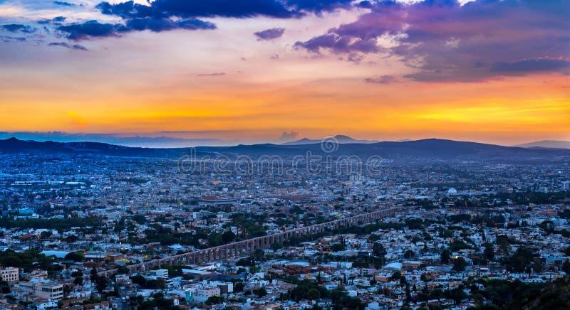 Zon die onderaan over de stad van Queretaro Mexico gaan royalty-vrije stock afbeelding