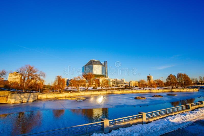 Zon die op goede dag dichtbij nationale bibliotheek glanzen Het landschap van de stad stock afbeeldingen