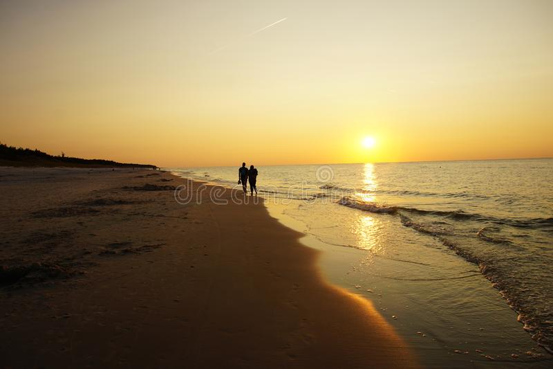 zon die op het strand wordt geplaatst royalty-vrije stock foto
