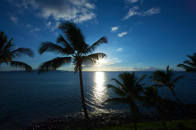 Zon die op Kihei Maui plaatst stock fotografie
