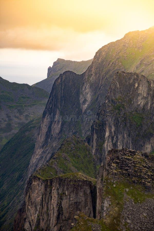Zon die over de bergen van Senja barsten stock afbeelding