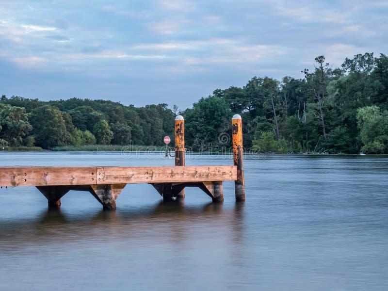 Zon die over een meer in het hout, in zomer plaatsen royalty-vrije stock fotografie