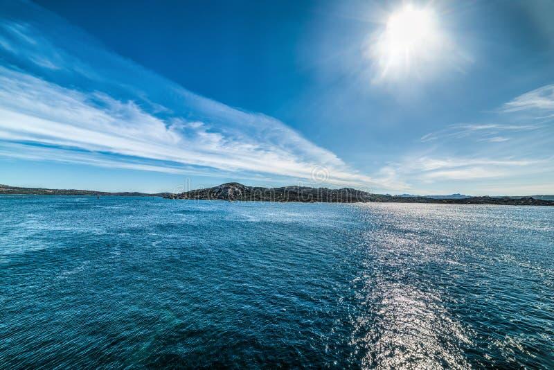 Zon die over het blauwe overzees van La glanzen Maddalena stock fotografie