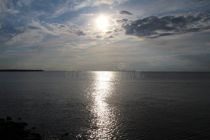 Zon die overzees bij de baai van Herne overdenken royalty-vrije stock foto
