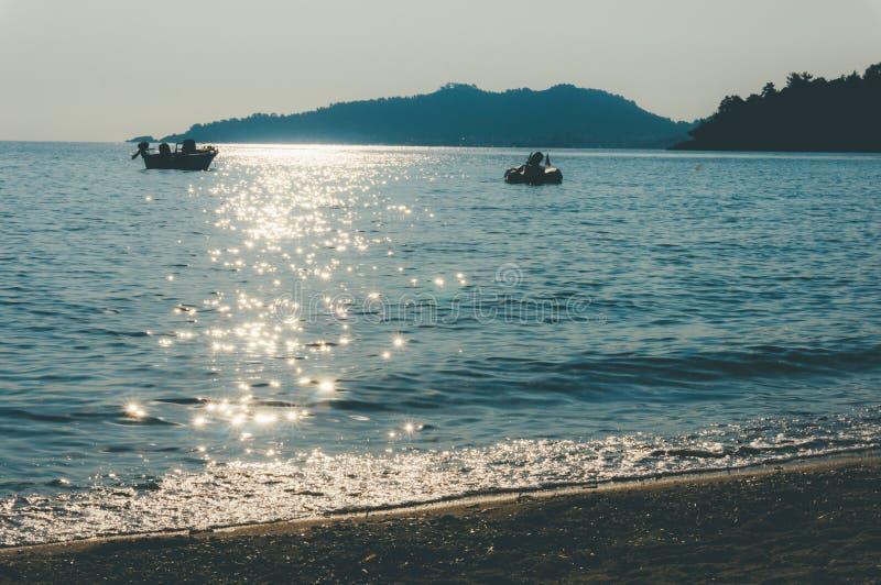 Zon die van zeewater nadenken royalty-vrije stock foto