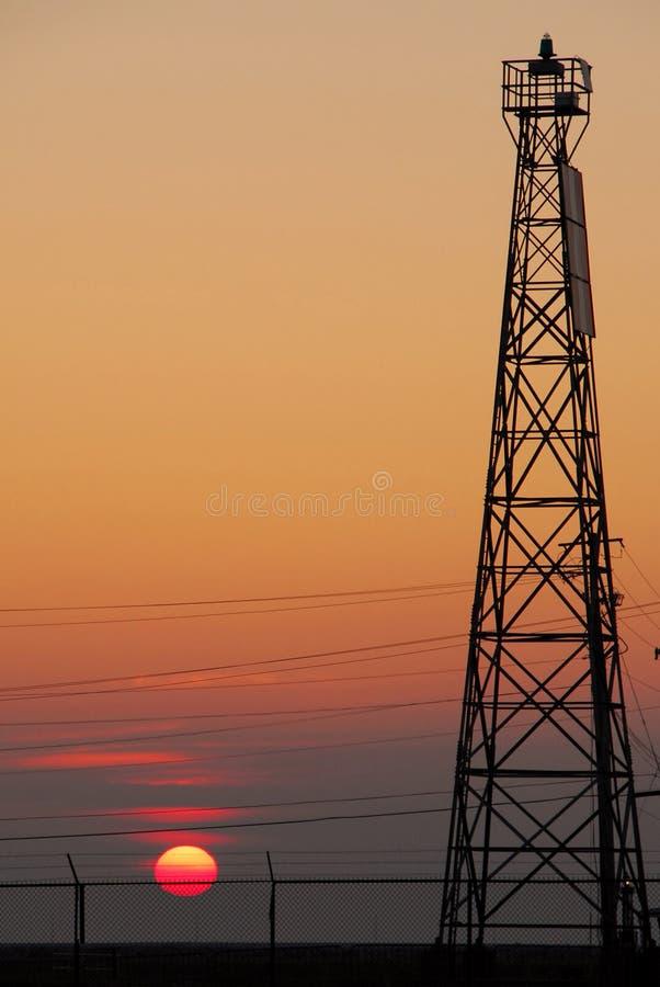 Zon door communicatie toren royalty-vrije stock foto
