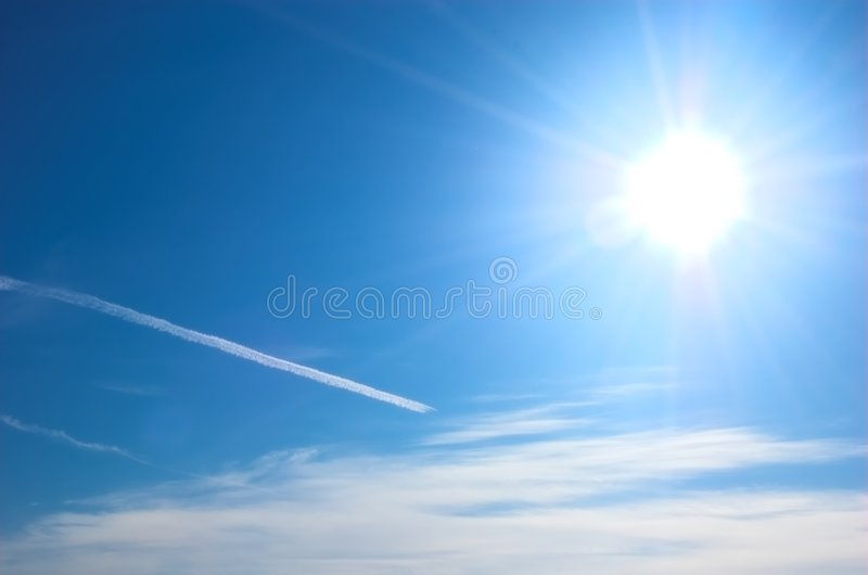 Zon en blauwe hemel royalty-vrije stock afbeelding
