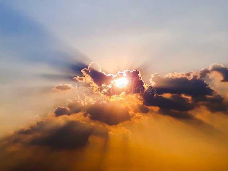 Zon en hemel met wolkenachtergrond stock foto's