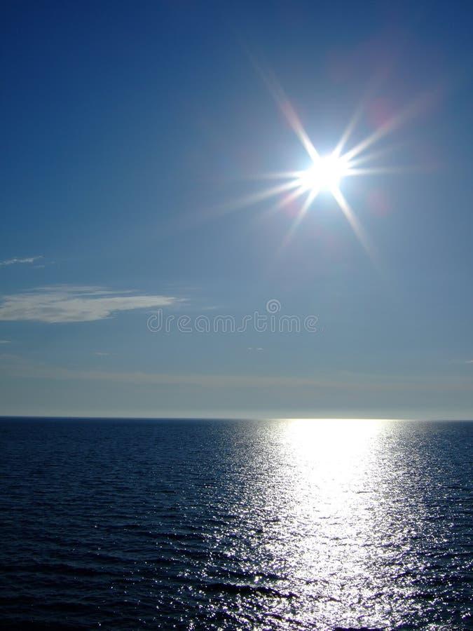 Zon en overzees stock foto