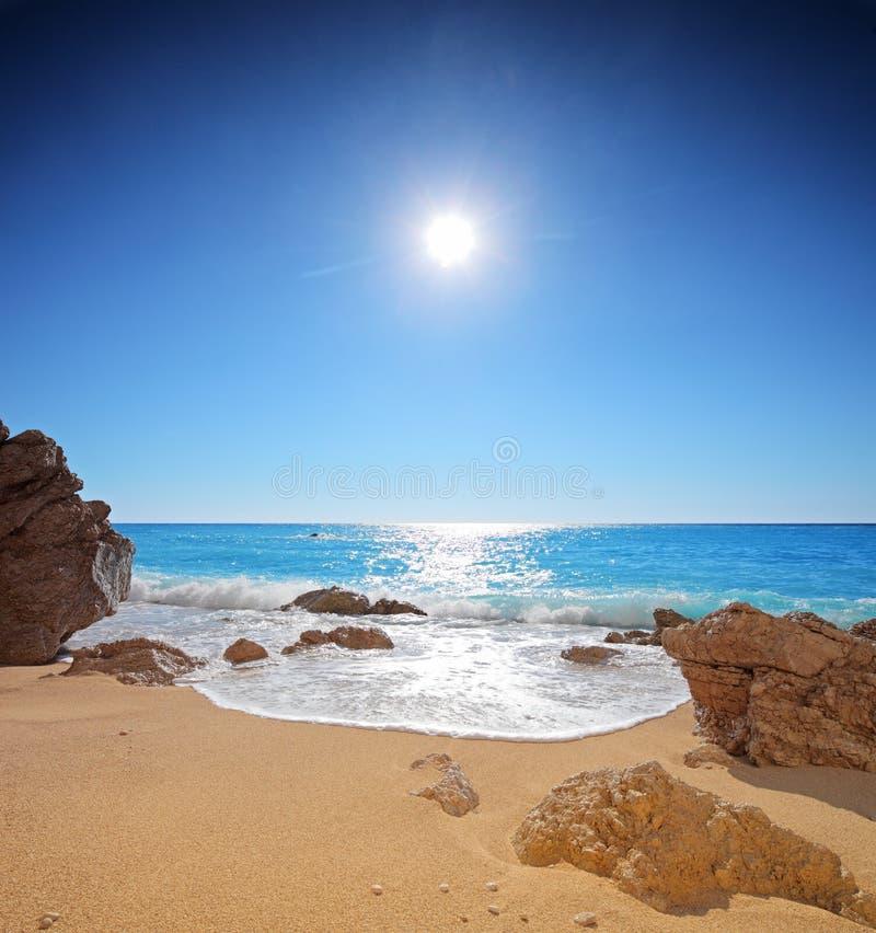 Zon en overzees op een strand van Porto Katsiki op Lefkada stock fotografie