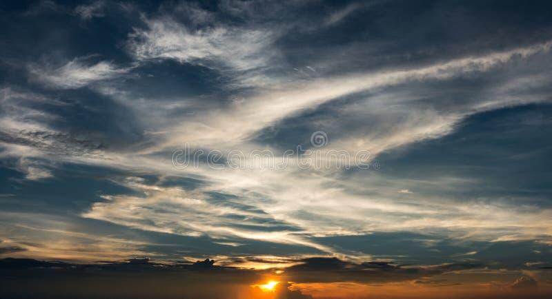 zon en verbazende dramatische wolk royalty-vrije stock foto's