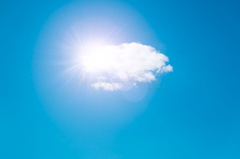 Zon en witte wolk in de blauwe hemel, hemelachtergrond met ruimte voor de banner van het tekstweb stock fotografie