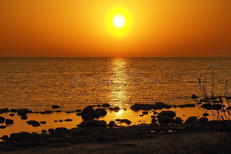 Zon en zonsondergang oranje hemel over stenen stock afbeelding