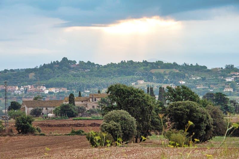 Zon het breken door de wolken over de gebieden en de bergen van landelijk Spanje royalty-vrije stock foto